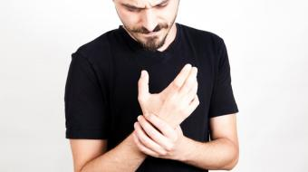 What are the symptoms of a ganglion cyst of the wrist